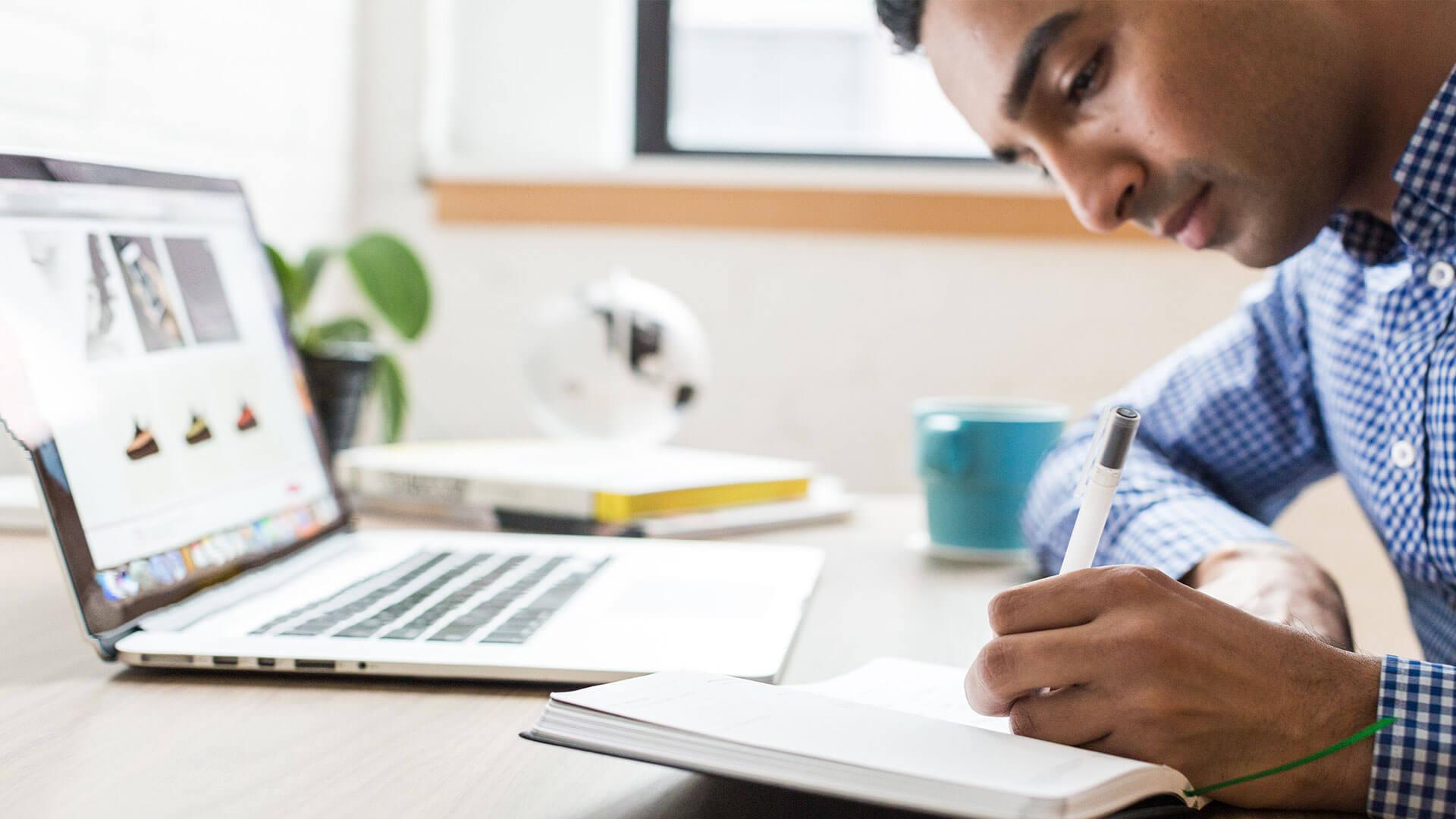 Stagiaire travaillant devant un ordinateur portable